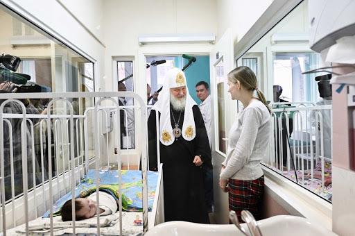 Патриарх Кирилл посетили детскую больницу святого Владимира в Москве